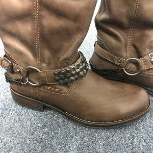 Pullon knee high vegan lthr boots w chain detail